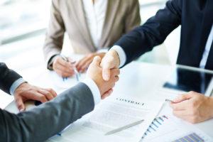 Businesspartner schütteln Hände